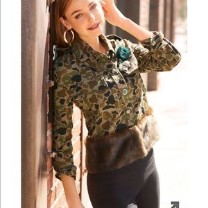 Tops - ⭐️NWT Beautiful camouflage top with faux fur⭐️